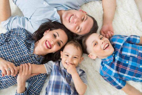 משפחה שמחה וממוגנת עם דלתות יוקרתיות מבית שריונית